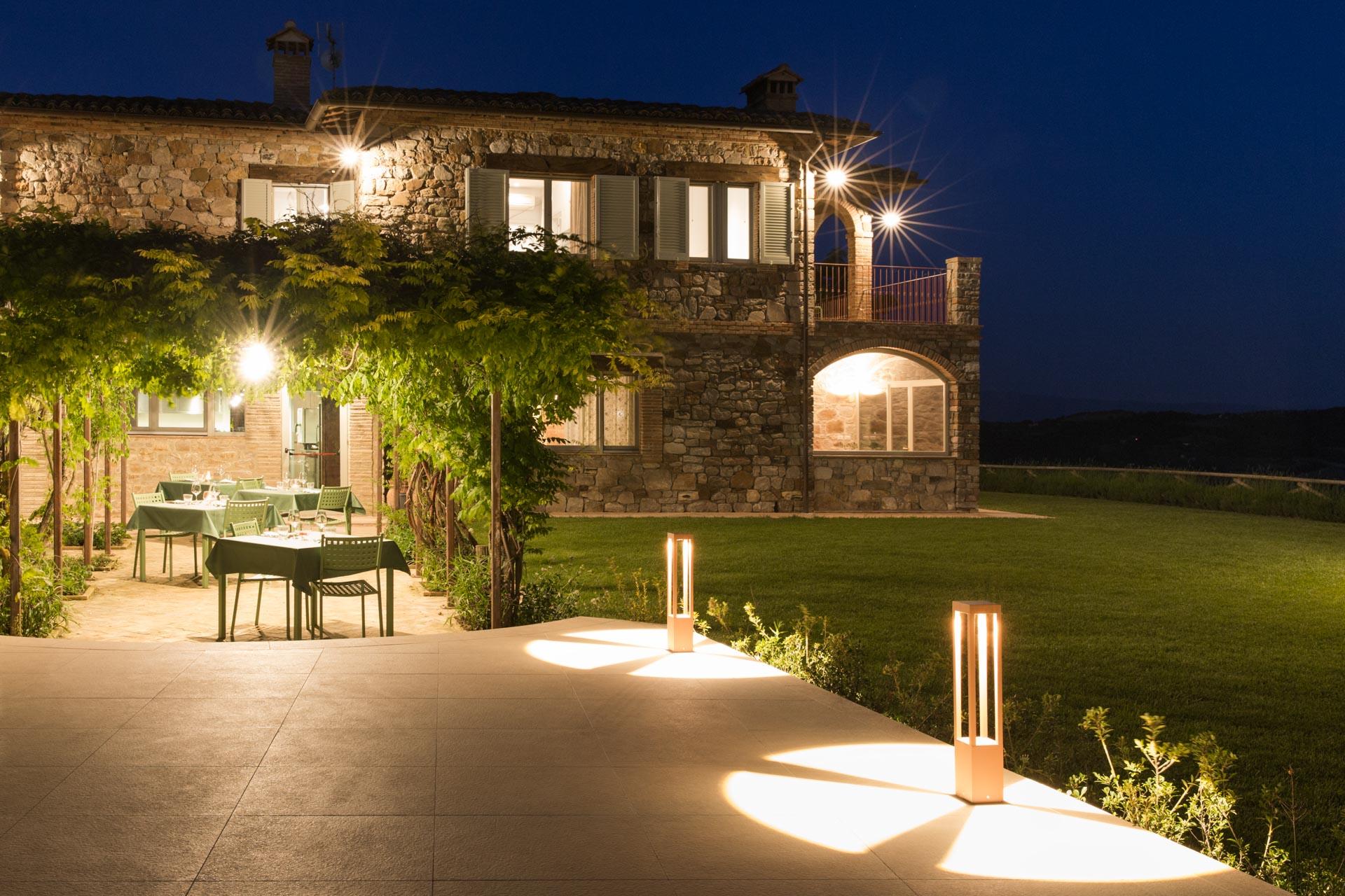 Giardino di notte con luci accese