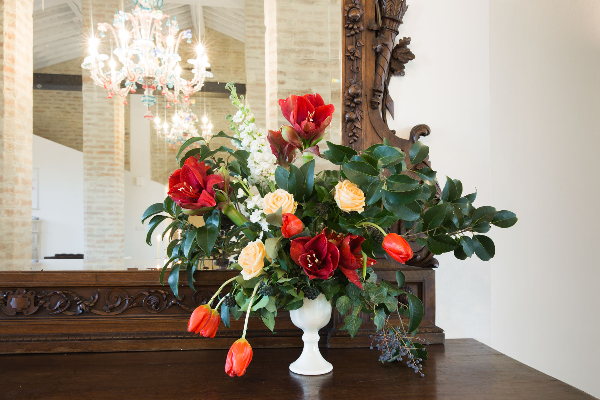 Fiori all'interno del salone di Demetra Villas