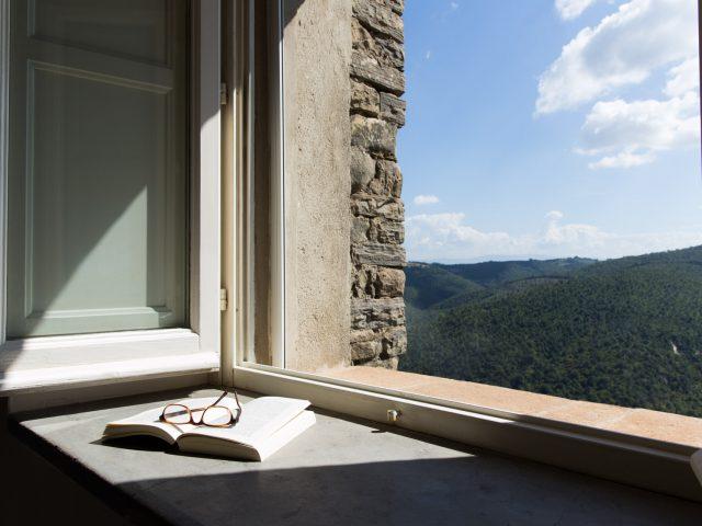 Libro appoggiato sulla finestra al Monastero S. Lorenzo