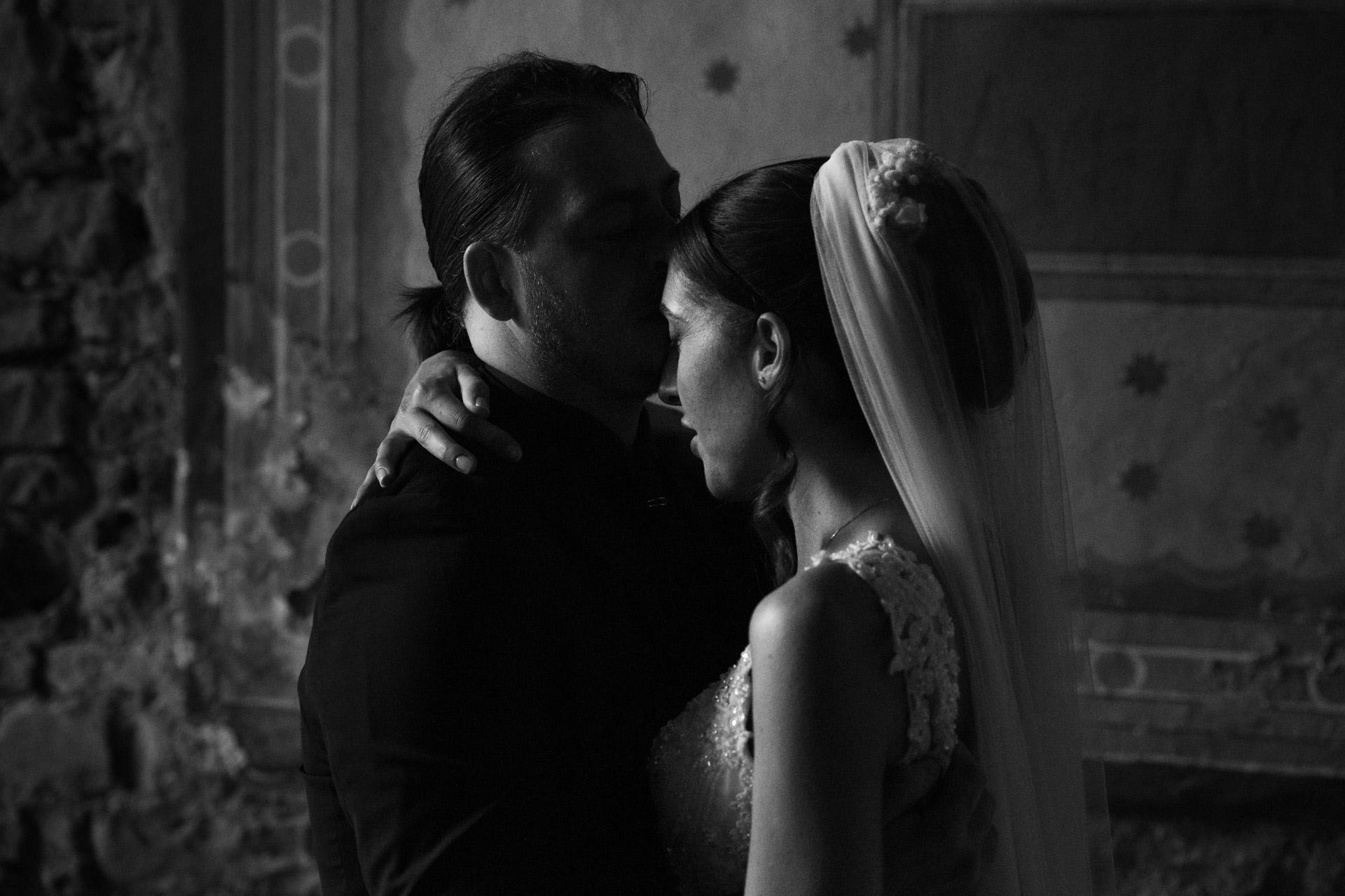 Due sposi si abbracciano a Todi